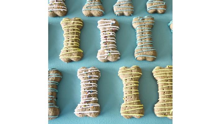 Biscuit sec pour chien au beurre d'arachide en forme d'os léger glaçage